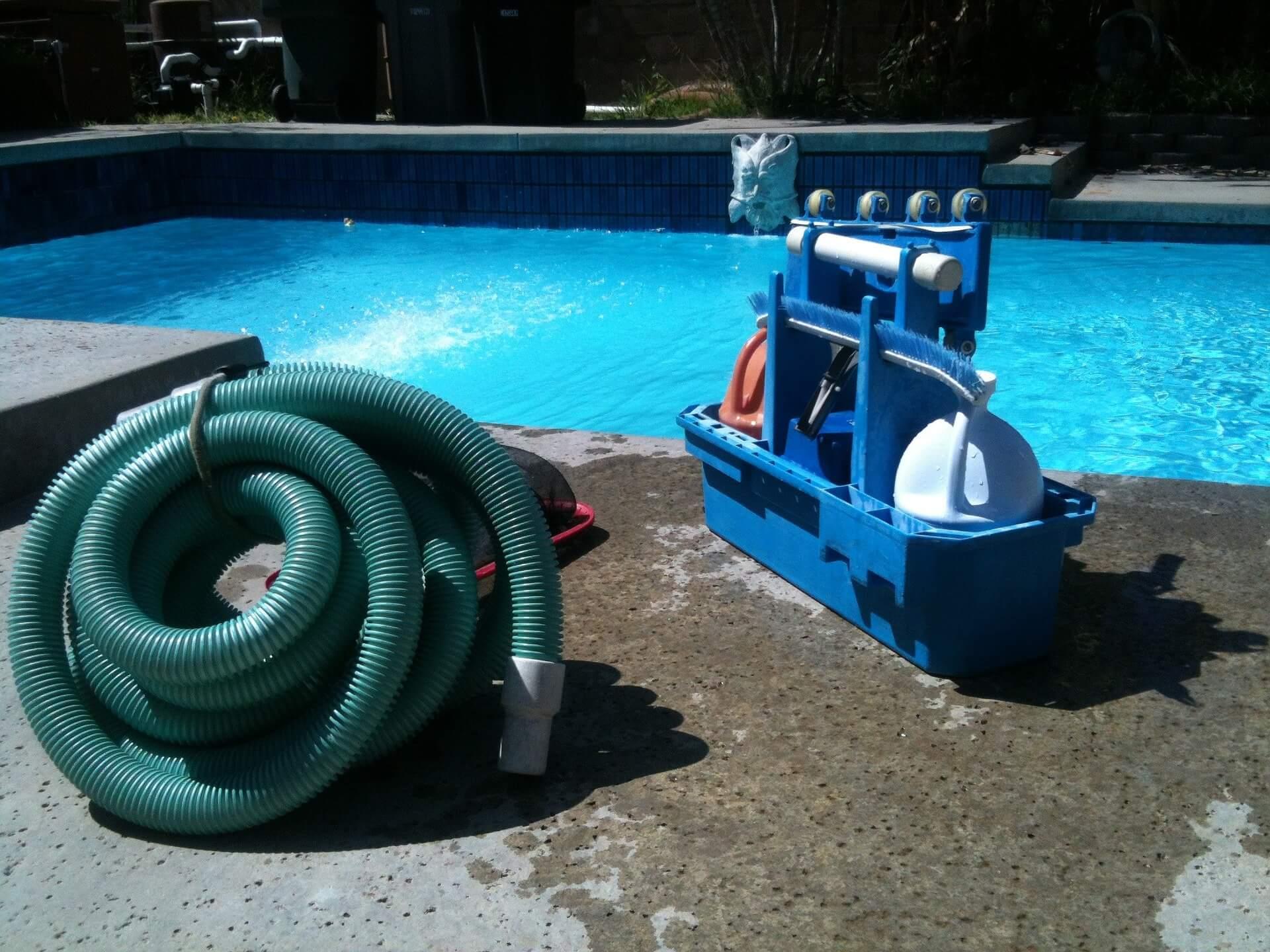 -attrezzi per pulire le pareti il fondo piscina