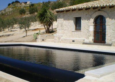 piscina scenografica con bordo a sfioro con fondo a nero