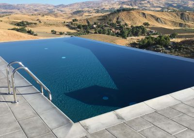 piscina privata con bordo a sfioro