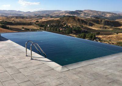 piscina fondo nero con bordo a sfioro