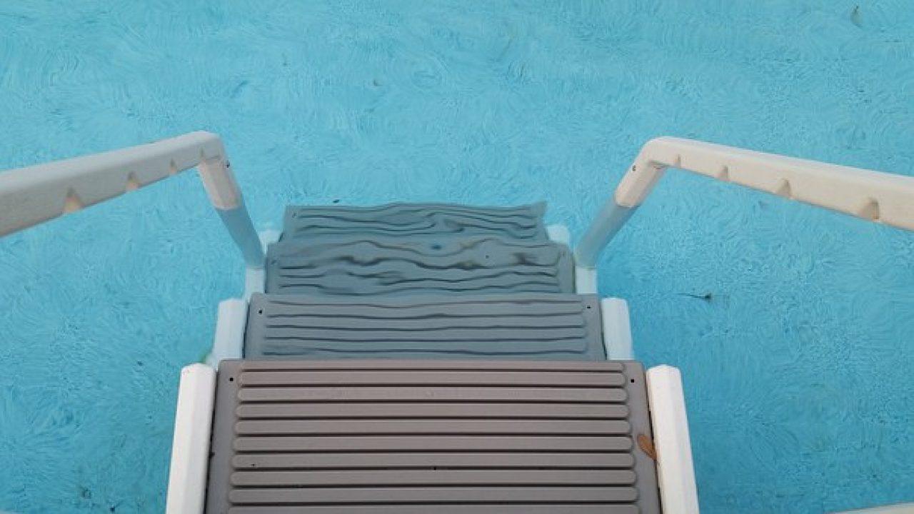 Piscine Da Esterno Rivestite In Legno ≈ scaletta per piscina: come scegliere un accessorio